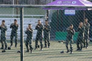 中国・深センで訓練する武装警察の隊員ら=2019年12月(共同)