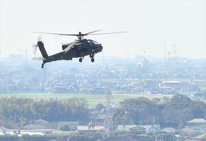 陸上自衛隊目達原駐屯地周辺を飛行するAH64D戦闘ヘリコプター=25日午前10時18分