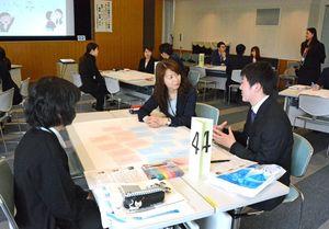 働きやすい職場を実現するためのアイデアを出し合う参加者=佐賀市立図書館