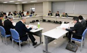 会合では、若者の県外流出対策などについて意見を交わした=佐賀市の佐賀第2合同庁舎