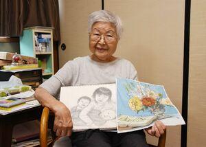 独学で絵を続け、身近な花々や家族を描く吉冨節子さん=唐津市平野町の自宅