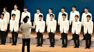 男子学生だけで構成され、重厚な歌声を響かせた早稲田大学グリークラブ=佐賀市文化会館