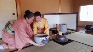 大茶碗で点前を披露する長井くに子さん(右)