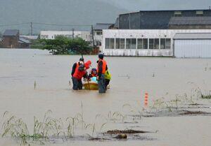 孤立した住宅からボートで救助される人たち=武雄市朝日町甘久、8月14日午前8時半ごろ