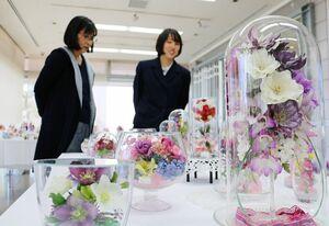 「春」をテーマに色鮮やかな作品が並ぶボトルフラワー展=佐賀市のアバンセ