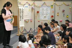 七夕に関する読み聞かせや工作を行った「たなばたおはなし会」=佐賀市天神の佐賀市立図書館