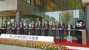 大型複合施設「JR熊本駅ビル」の開業式典でテープカットする蒲島郁夫熊本県知事(左から7人目)ら=23日午前、熊本市