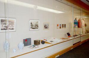 東京オリンピックや若楠国体の関連資料が並ぶ企画展「スポーツの輝き」=武雄市図書館・歴史資料館