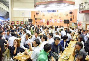 エンジェルストリート20周年を祝うイベント。約500人が詰め掛け、にぎわった=佐賀市呉服元町の656広場