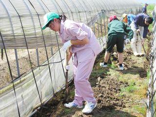 高志館高生ら被災農家支援 九州北部豪雨の土砂撤去に汗