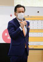 佐賀県内のグループホームで発生したクラスターについて「封じ込めに全力を尽くしていく」と強調した山口祥義知事=県庁