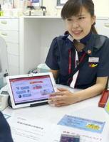 顧客対応をするドコモショップ丸の内店の従業員=12日、東京都千代田区
