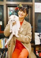 県内各地を訪ね、佐賀の魅力を伝えたモデルのピア・ウォルツバックさん=佐賀市の猫カフェコロン