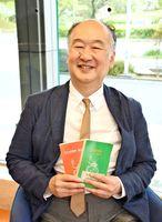 「会場一体で盛り上がりましょう」と来場を呼び掛ける司会の寺谷宏さん=佐賀新聞社