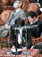 衆院予算委で陳謝する山田真貴子内閣広報官=25日午前