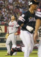 3回、ソフトバンクのグラシアル(右)に本塁打を浴びた楽天・則本昂=楽天生命パーク