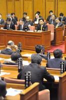 議員からの質問に耳を傾ける山口祥義知事ら県執行部(写真奥)=県議会