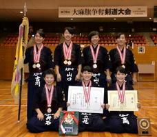 第39回大麻旗争奪剣道大会・中学生女子の部で優勝した大和中Aの選手たち=佐賀市の県総合体育館