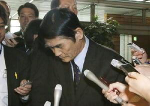 辞表を提出した後、発言を謝罪する今村雅弘氏=26日午前、首相官邸
