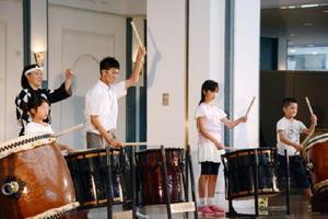 鼓童メンバーに合わせ太鼓をたたく来場者=有田町の〓(品の口がそれぞれ火)(ほのお)の博記念堂