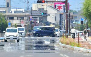 今年初の猛暑日を記録した佐賀県内。アスファルトが熱されて「逃げ水」現象も見られた=9日午後1時ごろ、佐賀市の佐賀大本庄キャンパス付近