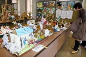 タオルなど身近にある素材を使って工夫した作品が並ぶ武雄市小中学生立体作品展=武雄市文化会館