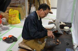 下地漆を作る田谷漆器店の職人=唐津市北城内の西ノ門館