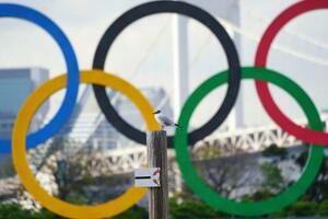 東京・お台場に設置されたオリンピックのモニュメント=8日(ロイター=共同)