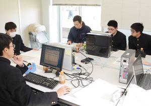 クロカンフェスタの記録集計で協力した鹿島実業高校情報処理部=鹿島市陸上競技場
