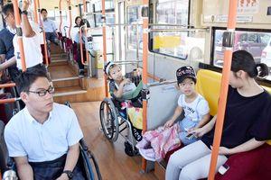 実際にバスに乗り、乗り心地を体験した生徒たち=佐賀市の金立特別支援学校