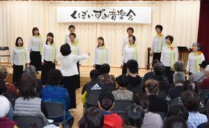 コーラスで会場を盛り上げた「クレール和」=佐賀市の久保泉公民館