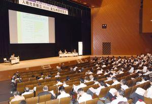 若手教職員の意識向上が課題となっていることなどを報告した分科会=鹿児島市民文化ホール