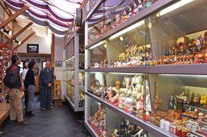 約2000体の人形が並ぶ岡段邸=神埼市脊振町広滝