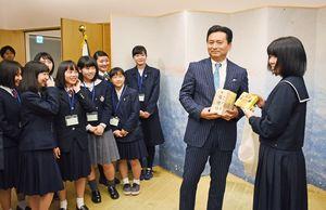 山口祥義知事(右から2人目)に中国のお土産を渡す高校生たち=佐賀県庁
