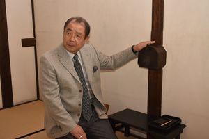 飛び出したはりに触れる平泉成さん=佐賀市の大隈重信記念館