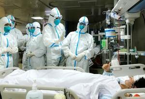 中国・武漢で新型肺炎の患者に対応する医療従事者ら=27日(新華社=共同)
