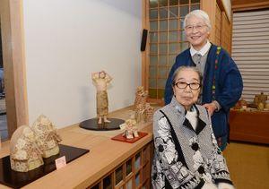 ふっくらとした造形のひな人形や工芸展の入賞作を展示した持丸房子さん(手前)と山下玉枝さん=嬉野市塩田町の「人形窯」