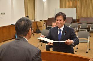 原口、大串氏に当選証書 衆院選選挙区で付与 県選管