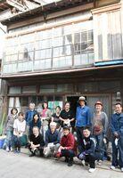 古民家の片付けに取り組んだ、港町呼子まちなみ保存協議会などの参加者たち=唐津市呼子町