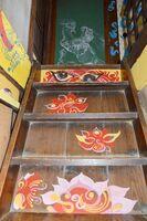 階段と2階の部屋の扉に描かれている邊さんのアクリル画