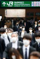 ゴールデンウイークが明け、マスク姿で通勤する人たち=6日午前、東京駅前