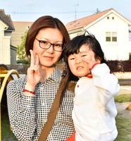 (左から)牛島裕美さん(38)、浩華ちゃん(3)=佐賀市の夢咲公園