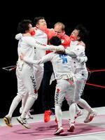 男子エペ団体で優勝を果たし、抱き合って喜ぶ(左から時計回りに)山田優、見延和靖、(1人おいて)宇山賢、加納虹輝の日本チーム=幕張メッセ