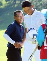 男子一般の部で初優勝した島本武司選手(左)。試合後はプレーオフを戦った川口亮選手と互いの健闘をたたえ合った=武雄市の武雄・嬉野カントリークラブ(撮影・米倉義房)