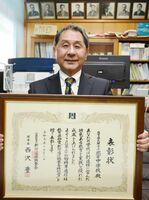 表彰状を手に受賞を喜ぶ徳永校長=武雄市の北方中