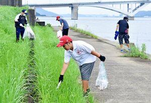 釣り場周辺のごみ拾いをするボランティア=伊万里市山代町