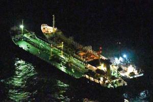 「瀬取り」の疑いがある北朝鮮船籍のタンカー(右)とベリーズ船籍のタンカー=13日未明、東シナ海(防衛省提供)