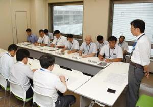 嘉瀬川ダムの貯水率低下で、影響の有無などを確認する出席者=佐賀県庁