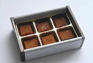 生チョコ6個入りBOX(1010円)。甘すぎずビターすぎず、幅広く好まれます。