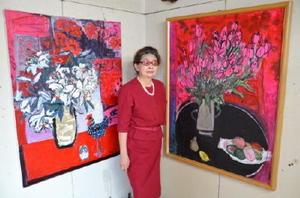 自宅で個展を開催している洋画家の杉本弘子さん=佐賀市本庄町